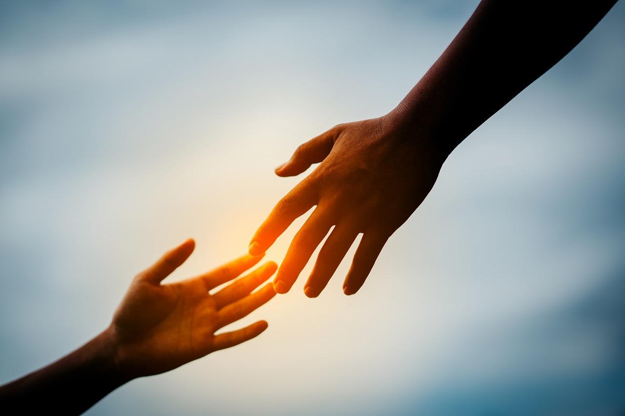 慣用句】「手を差し伸べる」の意味や使い方は?例文や類語を元広報紙編集者が解説! - Study-Z ドラゴン桜と学ぶWebマガジン